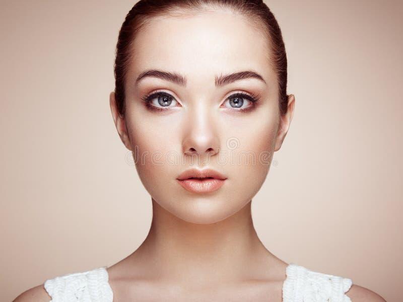 härlig framsidakvinna Perfekt makeup royaltyfri bild