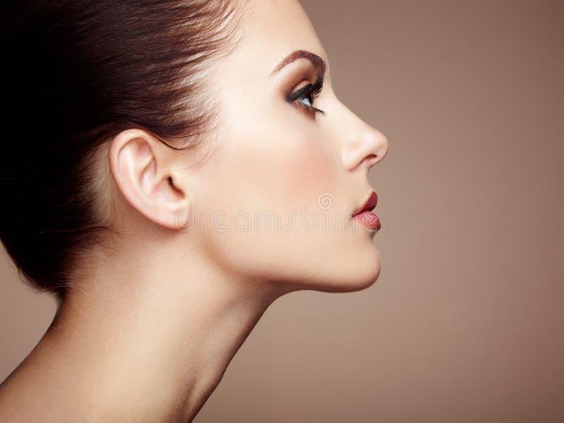härlig framsidakvinna Perfekt makeup royaltyfria foton