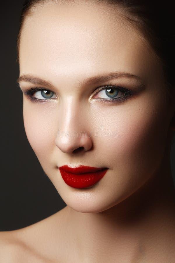 härlig framsidakvinna Perfekt makeup Skönhetmode ögonfranser arkivbild