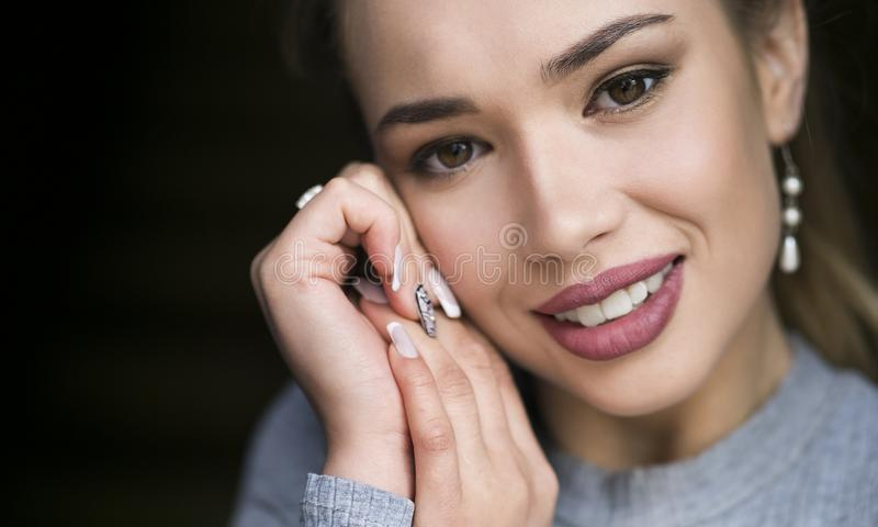 härlig framsidakvinna Perfekt toothy leende Caucasian ung flickaslut upp ståenden röda kanter, hud, tänder royaltyfri bild