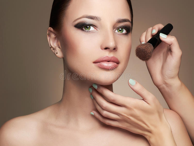 härlig framsidakvinna Skincare fundament Makeupkonstnären applicerar hudsignal royaltyfria bilder