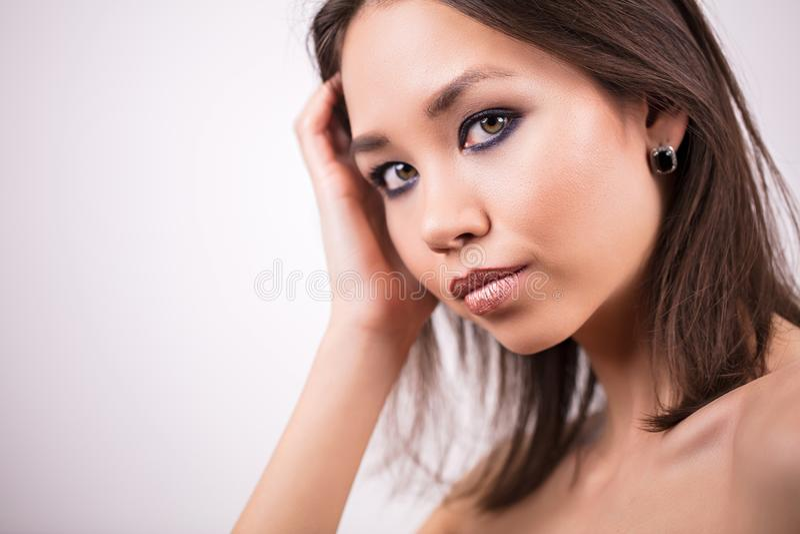 härlig framsidaståendekvinna Skönhet begrepp för hudomsorg Flicka med yrkesmässig makeup på vit bakgrund, kopieringsutrymme royaltyfri fotografi