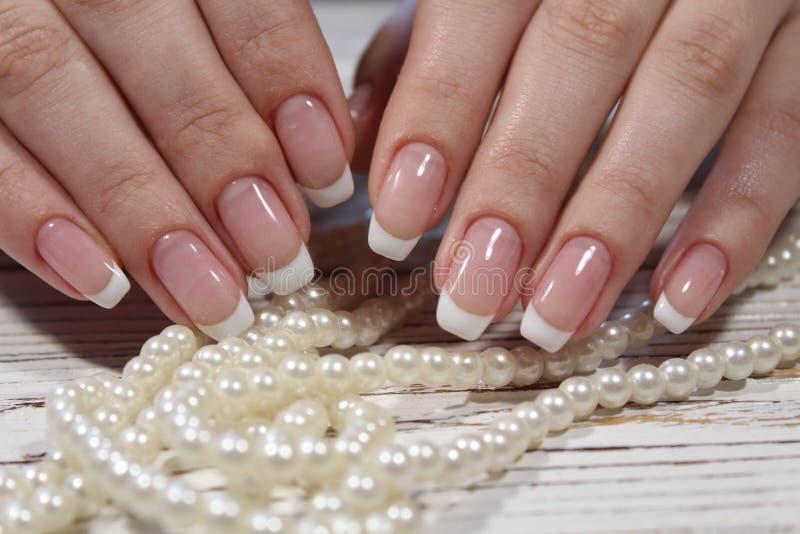 härlig fransk manicure arkivbild