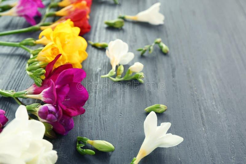Härlig freesia blommar på träbakgrund, royaltyfri foto