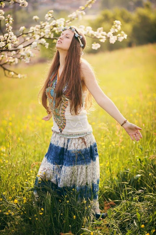 Härlig fri kvinna i ett fält arkivbild
