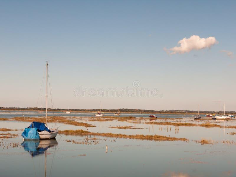 Härlig fridsam reflec för mast för fartyg för maldon för hamnplatsbred flodmynning arkivbilder