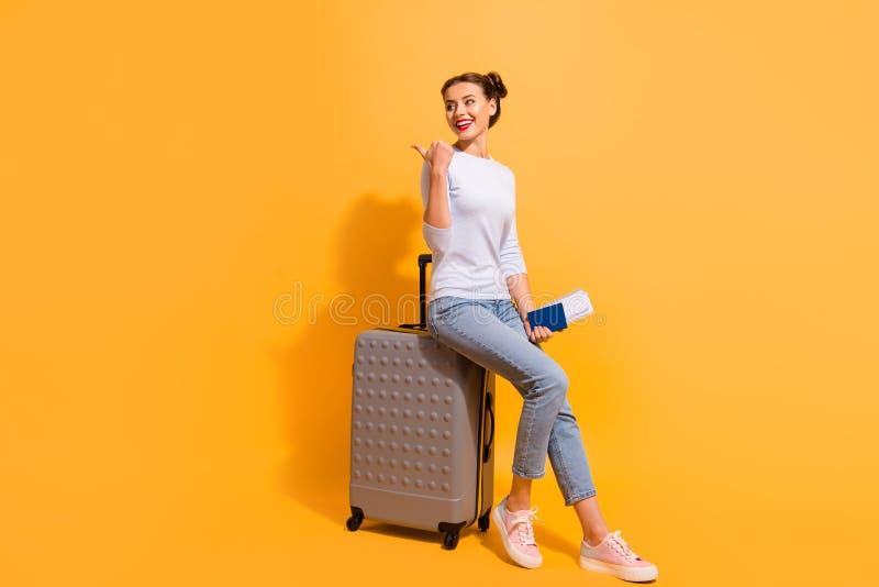 Härlig frisyr för fullt för längdsidoprofil för kropp foto för format henne hennes dam att gå utomlands flygdokument som r royaltyfria foton