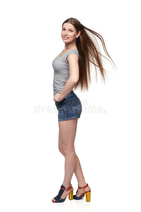 Härlig full längdkvinnlig i kortslutningar och överkant med långt hår royaltyfria foton
