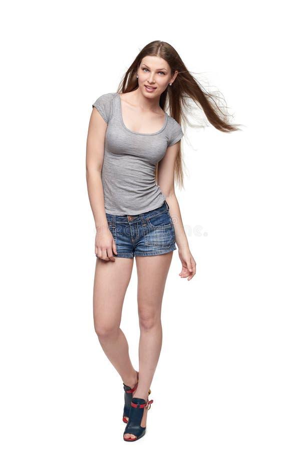 Härlig full längdkvinnlig i kortslutningar och överkant med långt hår arkivbild
