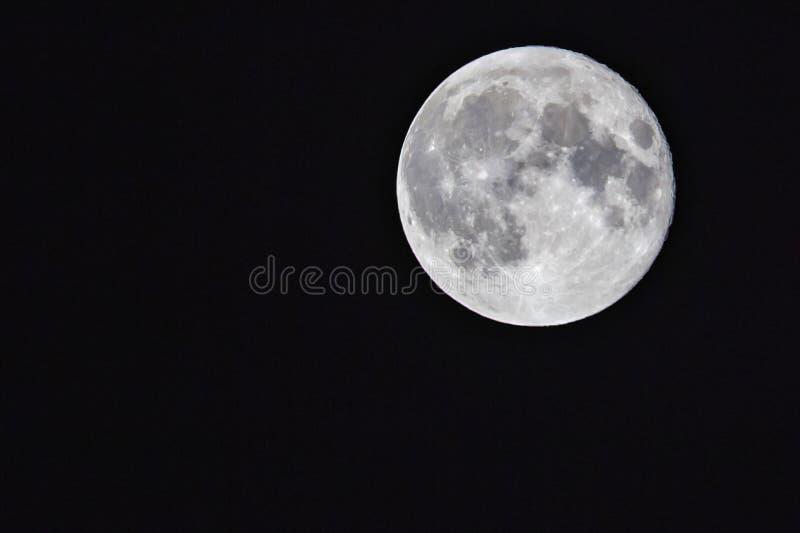 Härlig fullmåne med en sikt av kraterna till en kristallklar himmel arkivbild