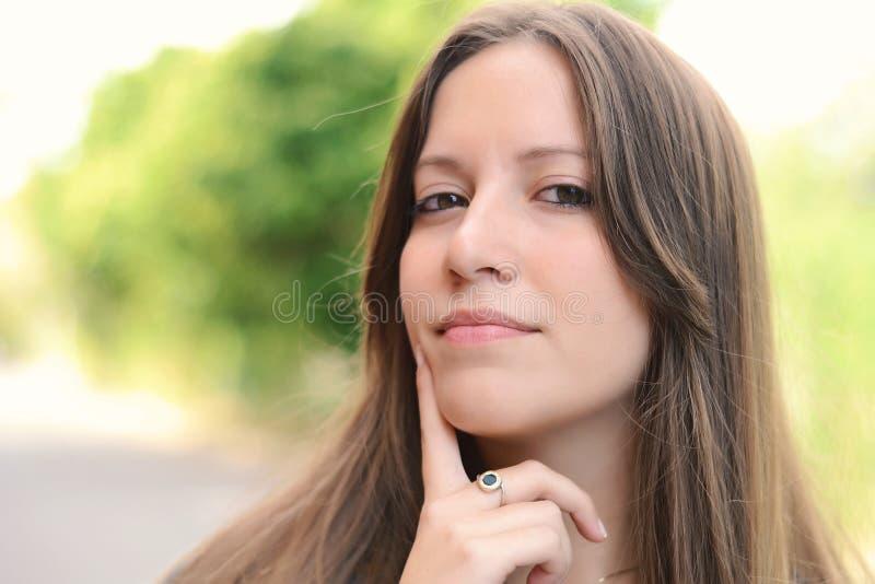härlig fundersam kvinna arkivfoton