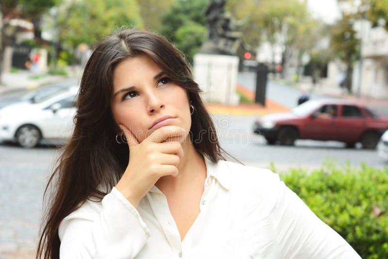 härlig fundersam kvinna fotografering för bildbyråer