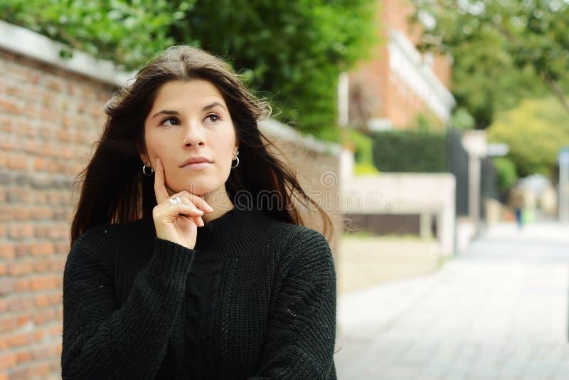 härlig fundersam kvinna royaltyfri bild