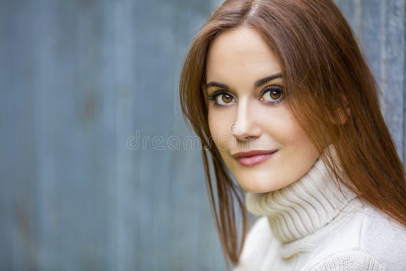 Härlig fundersam ung kvinna med rött hår royaltyfri fotografi