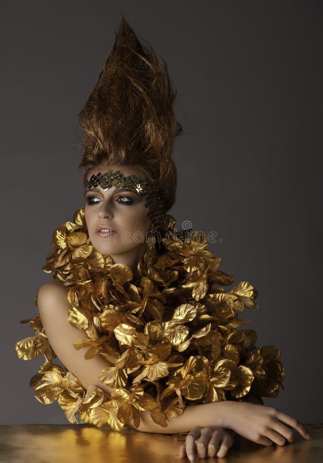 Härlig futuristisk kvinna i fantasimakeup och hår arkivbilder