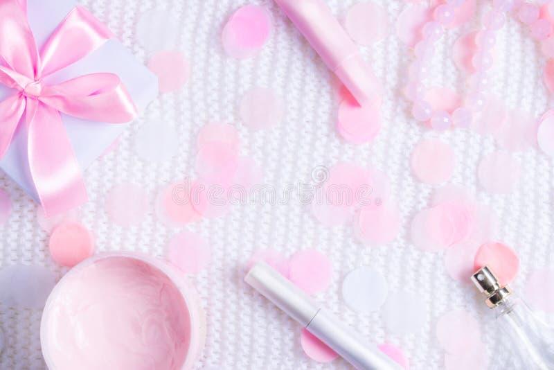 Härlig gåvaask, halsband och skönhetsmedel med konfettier arkivbild