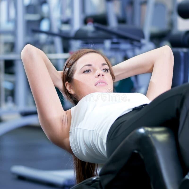 härlig görande kvinna för övningspresssport royaltyfri fotografi
