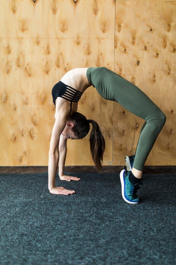 härlig görande sport för lotusblomma för övningskonditionidrottshall som sträcker kvinnayoga yoga fotografering för bildbyråer