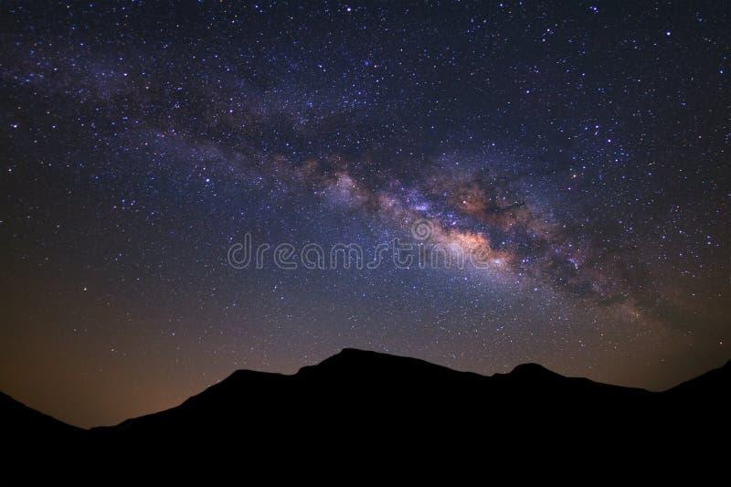 Härlig galax för mjölkaktig väg och kontur av hög moutain på ett n royaltyfri foto