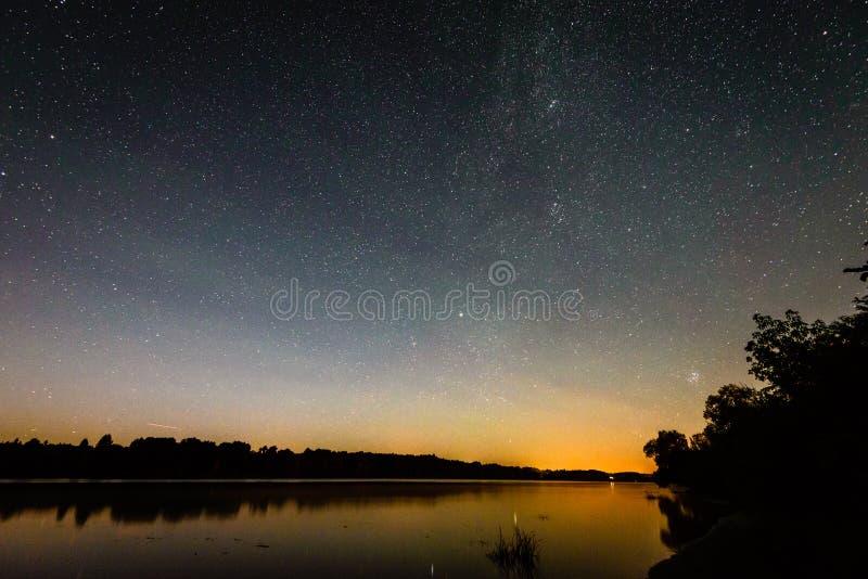 Härlig galax för mjölkaktig väg på en natthimmel och en kontur av trädet royaltyfria foton
