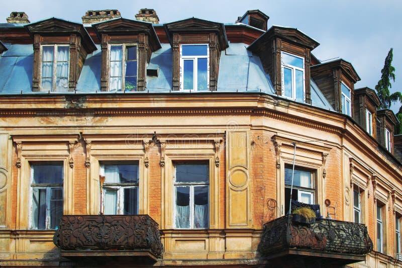 Härlig gammal byggnad på hörnet av gatan i Tbilisi den gamla staden, Georgia arkivfoto