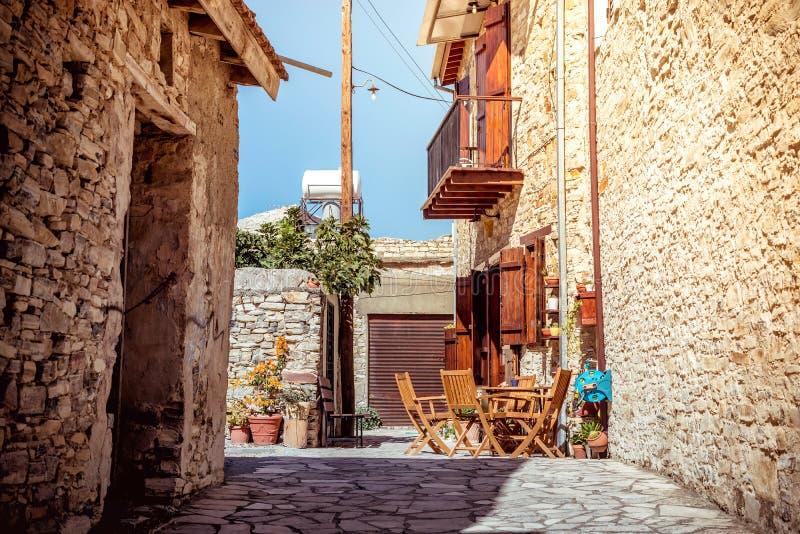 Härlig gammal gata på den Kato Lefkara byn Larnaca område, arkivfoto