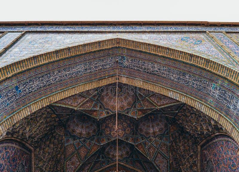 Härlig gammal mosaik som dekorerar den yttre väggen av den Nasir al-Mulk moskén i Shiraz, Iran royaltyfri foto
