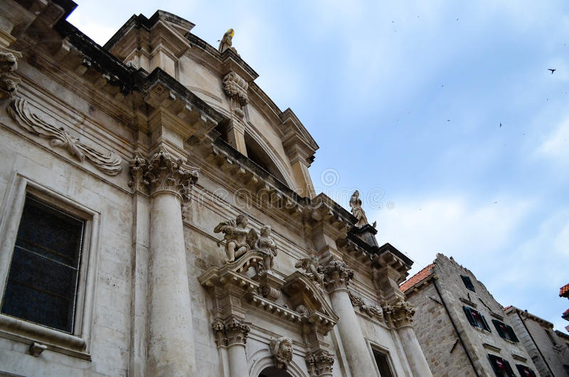 Härlig gammal slott på den huvudsakliga gå gatan i den gamla staden av Dubrovnik arkivfoto