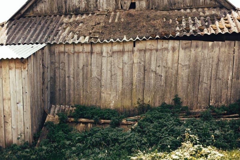 Härlig gammal träkabin med grönt gräs Åldrig trävägg av det gamla timmerhuset i Carpathian berg Unders?kande Europa arkivbild