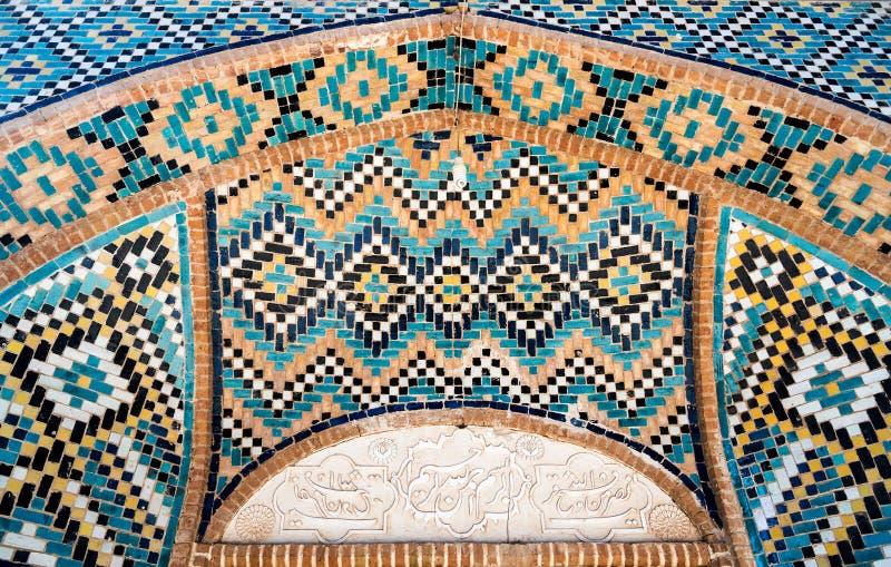 Härlig garnering i den turkosblåa belade med tegel mosaiken med geometriska motiv, Iran arkivfoton