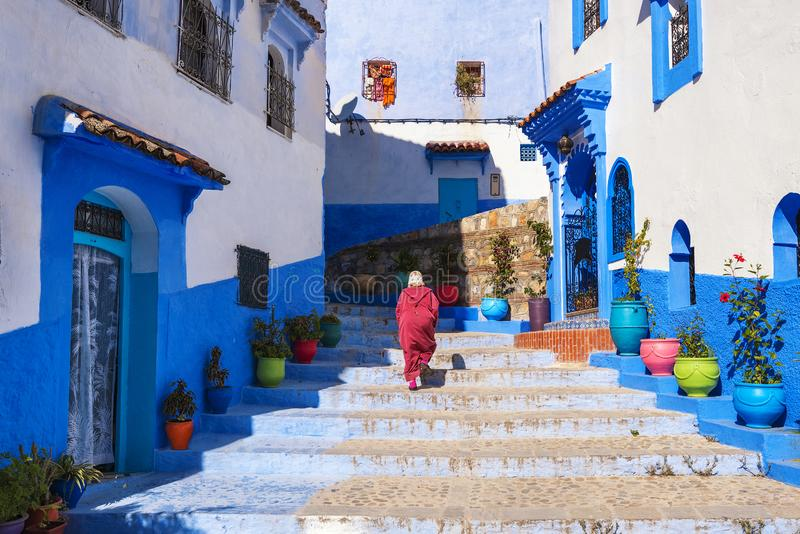Härlig gata av blåa medina i staden Chefchaouen, Marocko, Afrika royaltyfria bilder