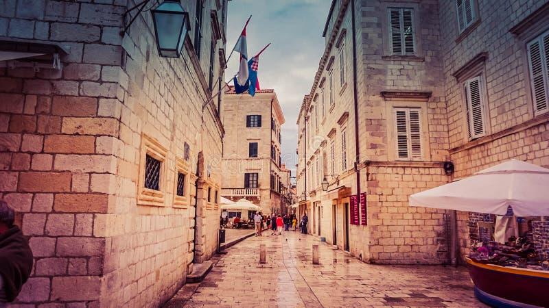 Härlig gata av den gamla staden, Budva, Montenegro royaltyfri bild
