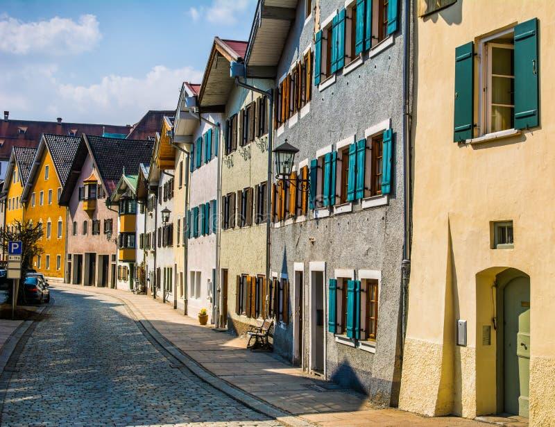 Härlig gata av gamla byggnader, Fussen stad, Tyskland royaltyfria bilder