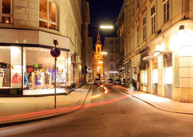 Härlig gata i central del av Wien, Österrike arkivbild