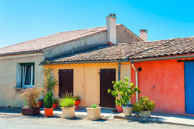 Härlig gata i Valensole, Provence, Frankrike royaltyfri foto