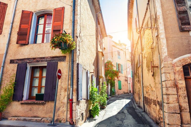 Härlig gata i Valensole, Provence, Frankrike royaltyfri bild