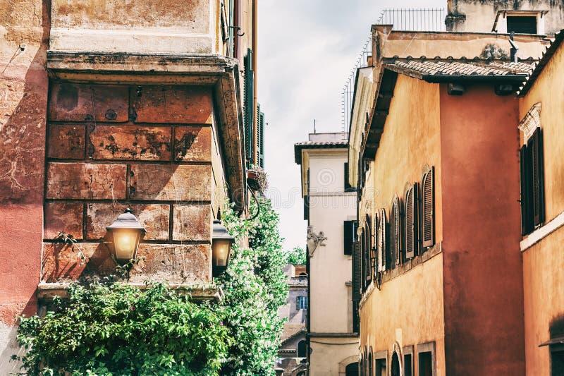Härlig gata med gamla byggnader i Rome, Italien royaltyfria bilder