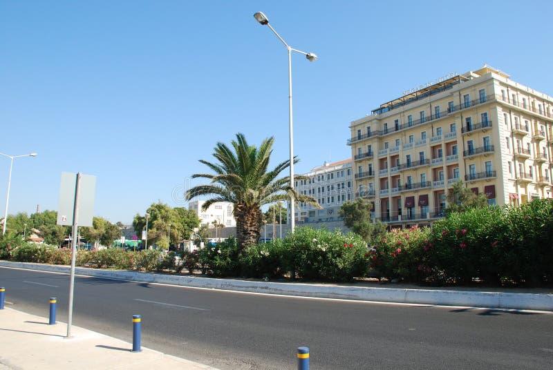 Härlig gata med palmträd och dyra hotell i Kreta fotografering för bildbyråer