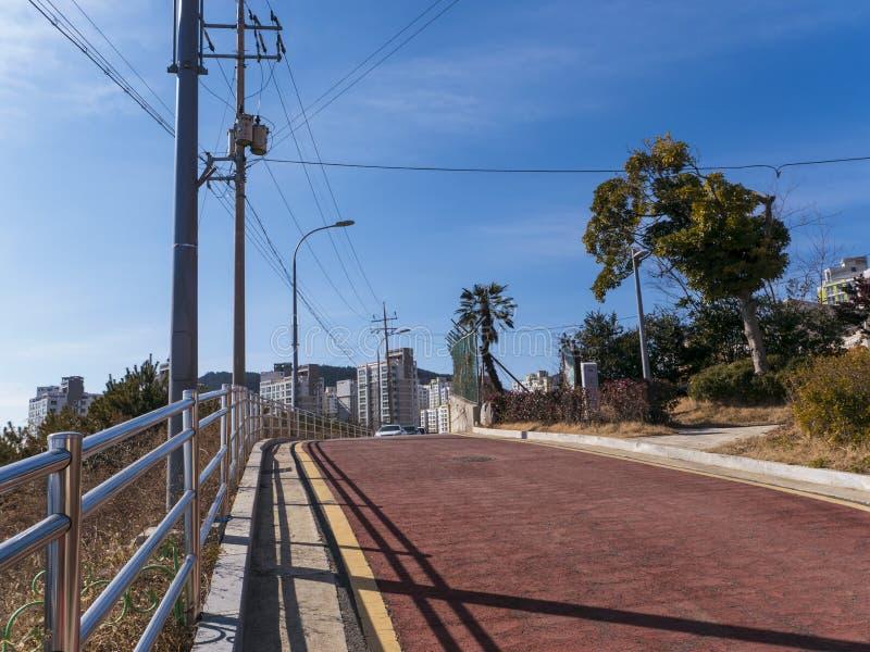 Härlig gata med röd asfalt i den Yeosu staden royaltyfria foton