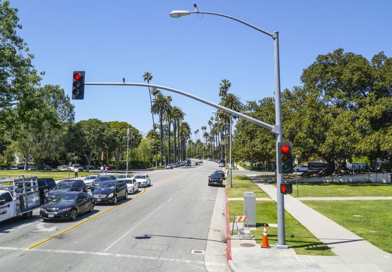 Härlig gatasikt med palmträd i Beverly Hills - LOS ANGELES - KALIFORNIEN - APRIL 20, 2017 royaltyfria foton
