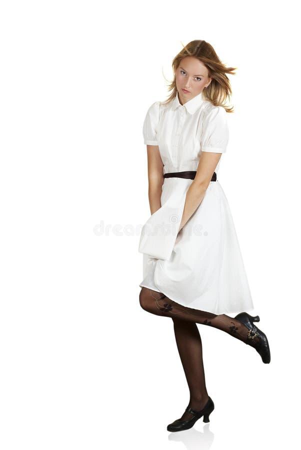 härlig gladlynt klänningflickawhite royaltyfri foto
