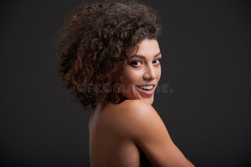 härlig gladlynt kvinna arkivfoto