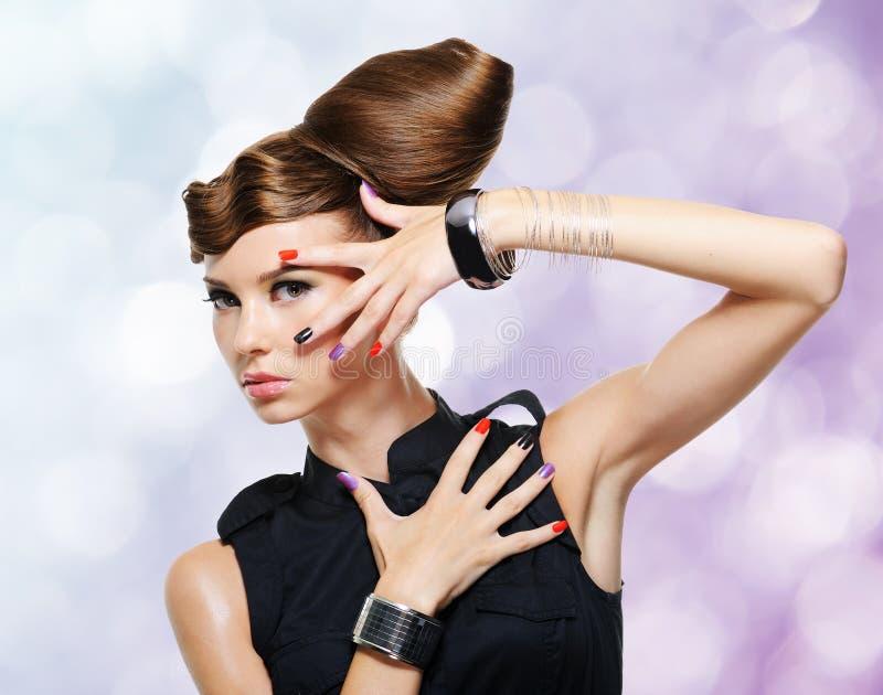 Härlig glamourflicka med den idérika frisyren royaltyfria foton