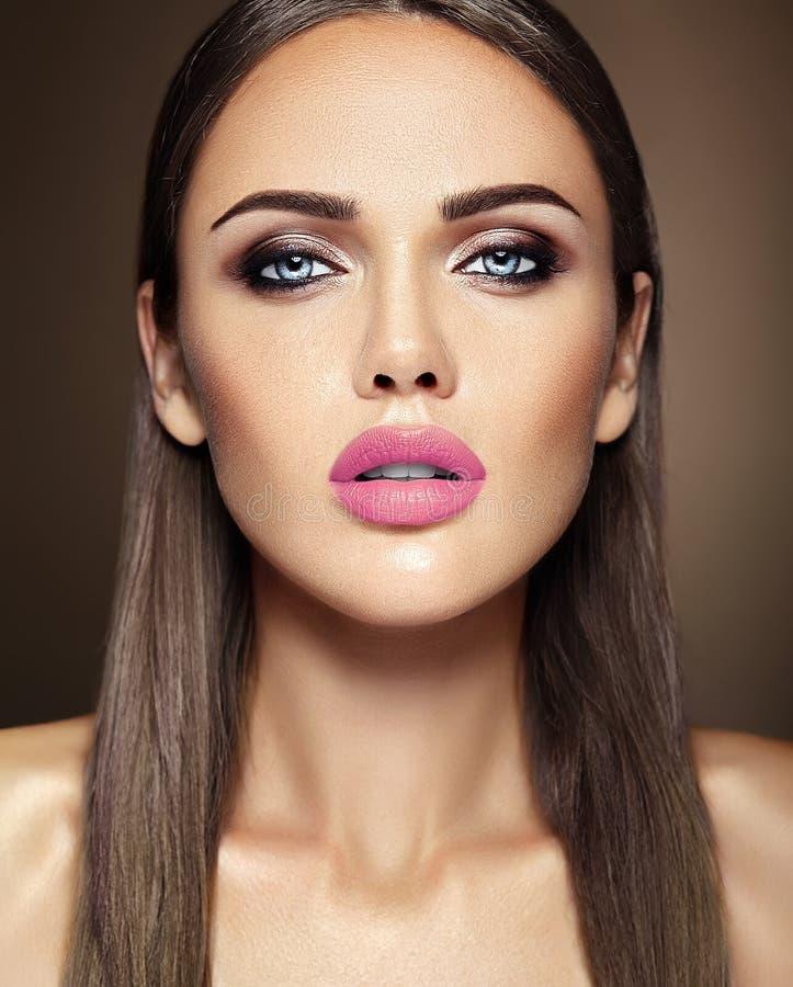 Härlig glamourmodell med ny daglig makeup med royaltyfri foto