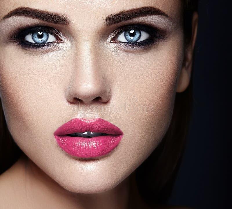 Härlig glamourmodell med ny daglig makeup med arkivfoto
