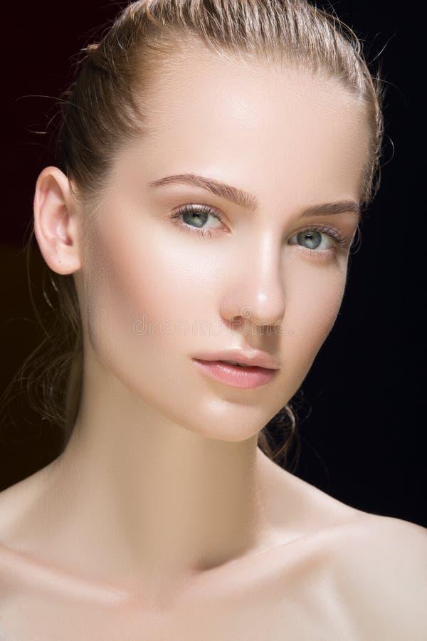 härlig glamourståendekvinna modemodell med sunt hudbegrepp för ny daglig makeup som isoleras på mörk bakgrund looki royaltyfri fotografi