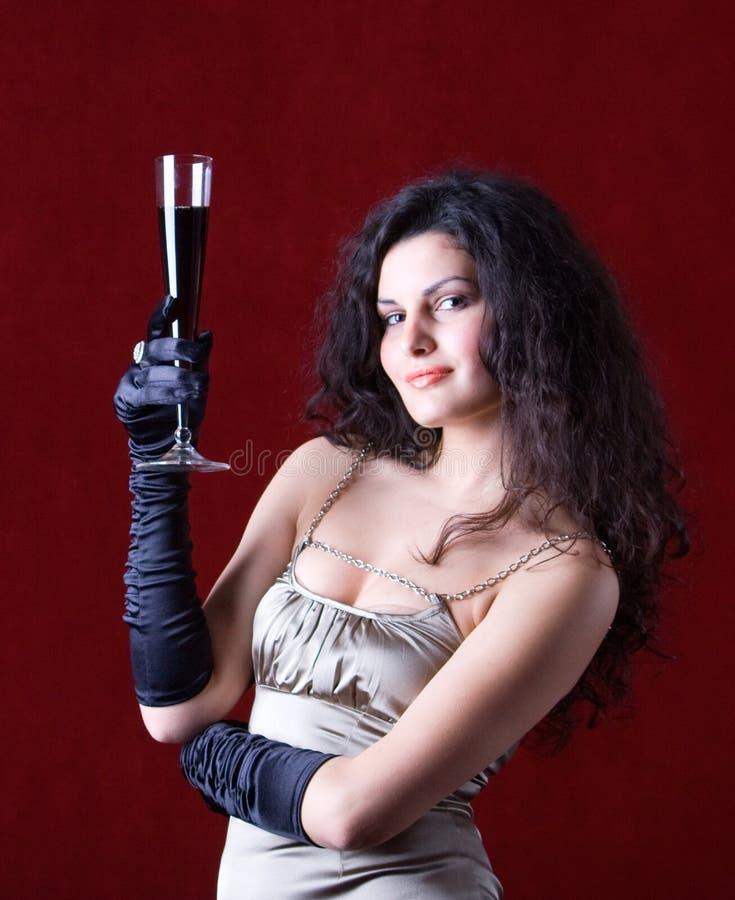 härlig glass holdingwinekvinna royaltyfri foto