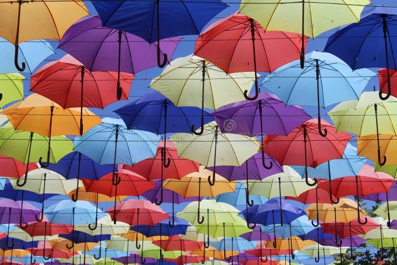 Härlig gränd av mång--färgade paraplyer royaltyfri foto