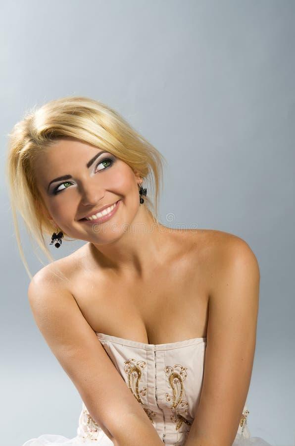 Härlig grönögd flicka med blont hår fotografering för bildbyråer