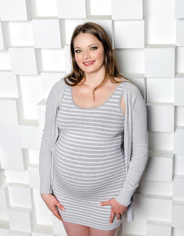 härlig gravid kvinna fotografering för bildbyråer
